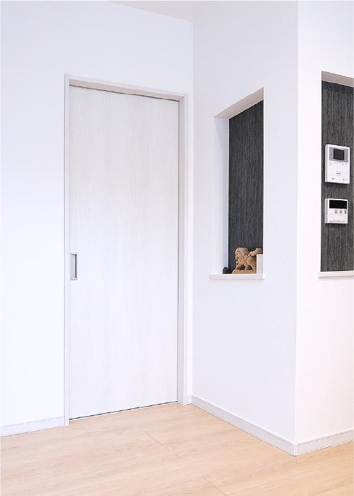 白でまとまった建具と壁紙は部屋を明るく広々と見せてくれるポイント。