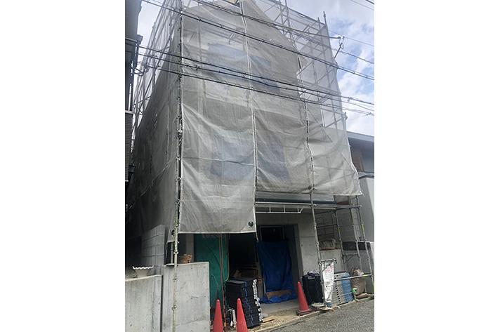 上棟が完了し、外壁工事進行中のサムネイル画像
