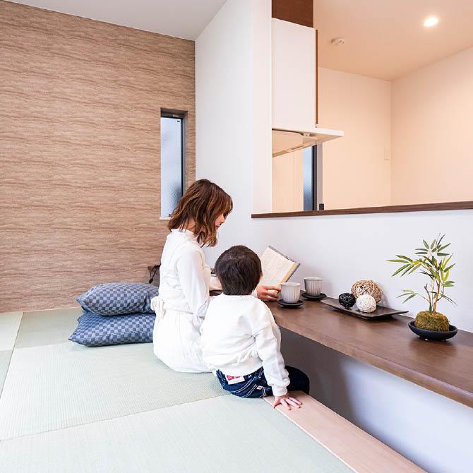 カウンター付きのタタミコーナーがある 憩いのスペースのある家のサムネイル画像